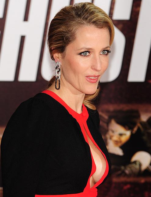 gillian-anderson-london-premiere-13–12–2011–001-small.jpg
