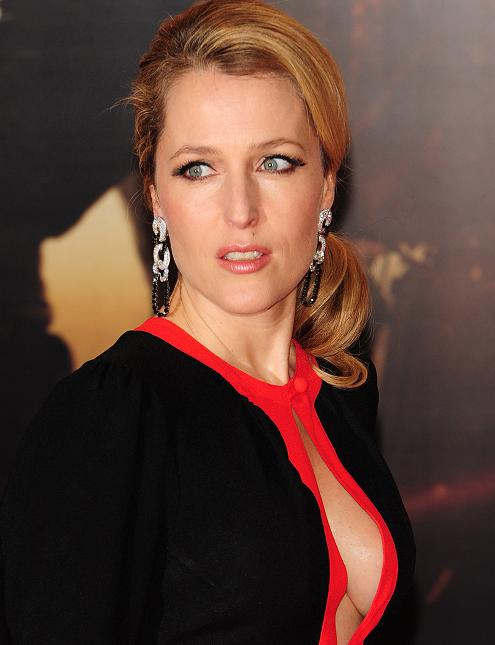 gillian-anderson-london-premiere-13–12–2011–002-small.jpg