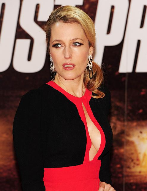 gillian-anderson-london-premiere-13–12–2011–004-small.jpg