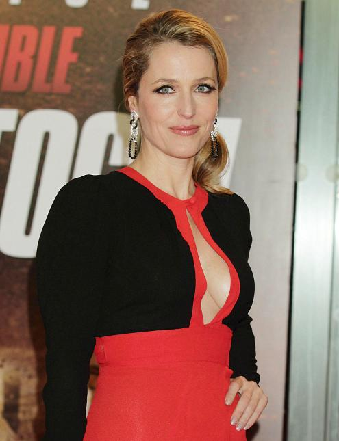 gillian-anderson-london-premiere-13–12–2011–005-small.jpg
