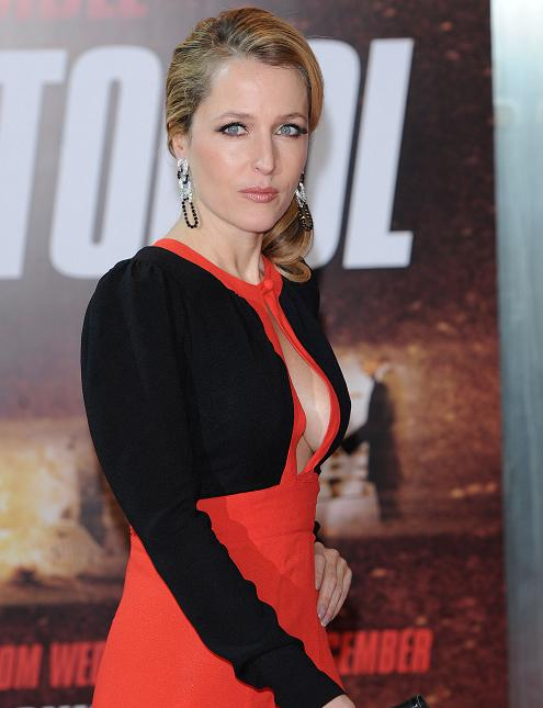 gillian-anderson-london-premiere-13–12–2011–006-small.jpg