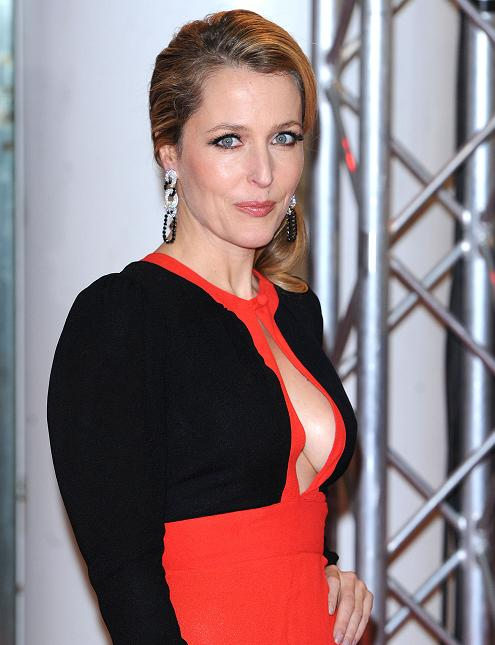 gillian-anderson-london-premiere-13–12–2011–007-small.jpg