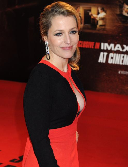 gillian-anderson-london-premiere-13–12–2011–008-small.jpg