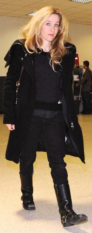 gillian-anderson-los-angeles-international-airport-31–01–2011–001-small.jpg