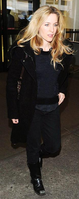 gillian-anderson-los-angeles-international-airport-31–01–2011–002-small.jpg