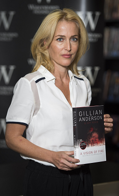 gillian-anderson-signing-london-03–10–2014–001-small.png