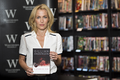 gillian-anderson-signing-london-03–10–2014–003-small.png
