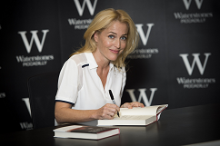 gillian-anderson-signing-london-03–10–2014–004-small.png