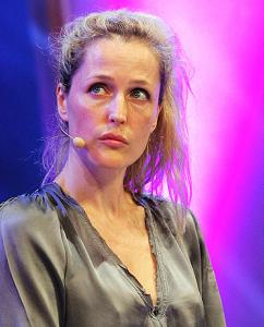 gillian-anderson-wales-05–06–2011–001-small.jpg